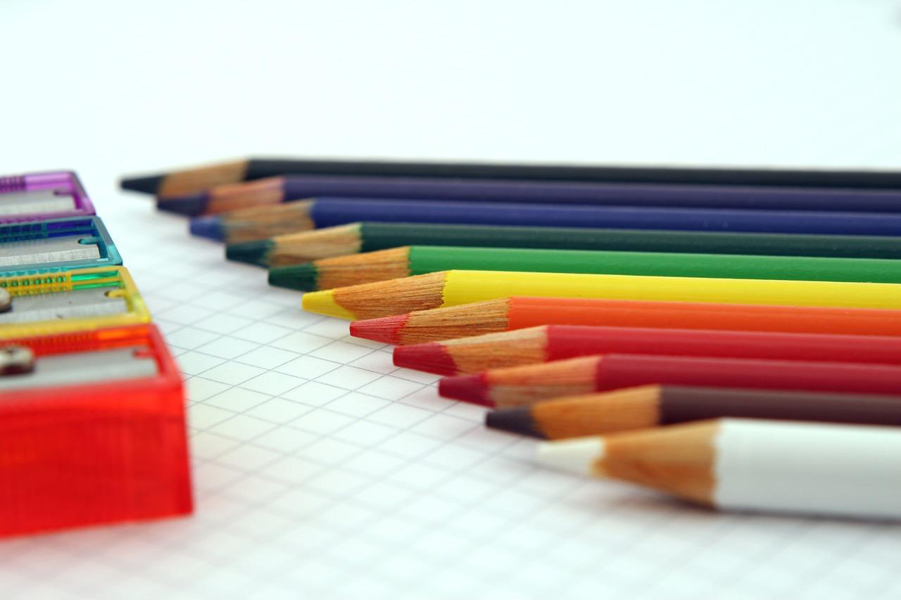 Mehrere Buntstifte und Anstifter liegen beieinander - so vielfältig wie das Bildungsnetzwerk edusiia