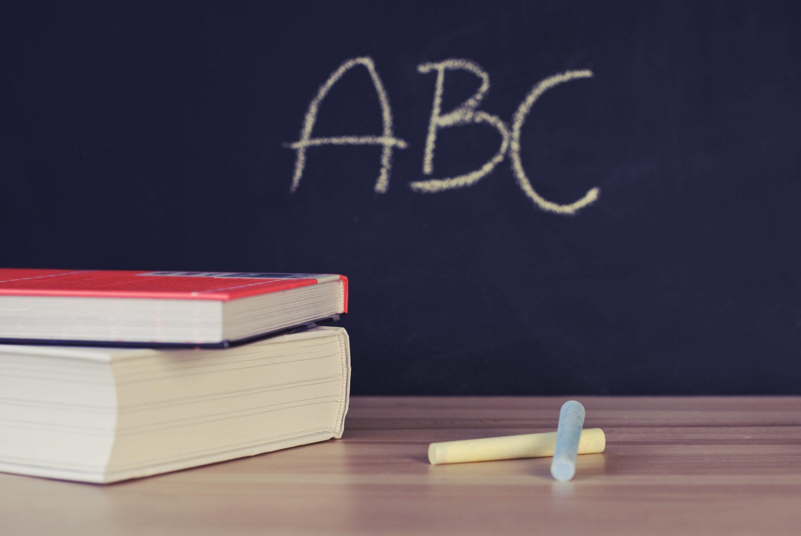 ABC steht an einer Schultafel - ein Symbol für die edusiia-Anleitung