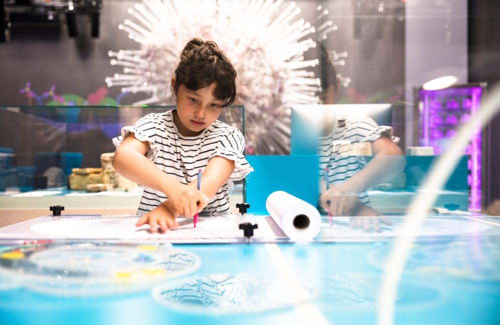 Das Futurium ist ein Haus der Zukünfte in Berlin, wo Besucher:innen aktiv experimentieren können (Copyright: David von Becker)